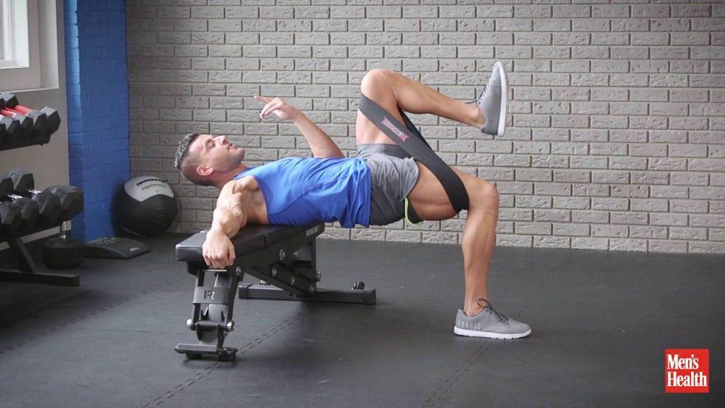 Variazioni dell' hip thrust, l'alzata unilaterale utilizzando bande elastiche
